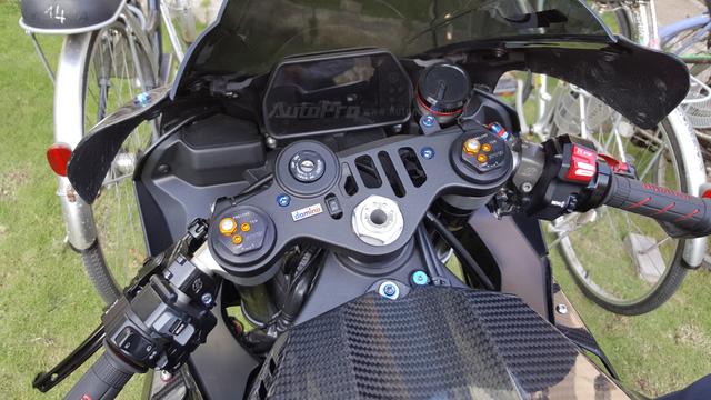 Lạ mắt với chiếc Yamaha YZF-R1 độ thân vỏ bằng sợi carbon tại Sài thành - Ảnh 10.