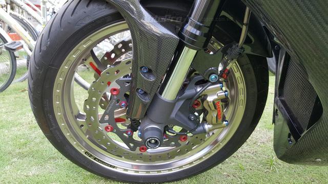 Lạ mắt với chiếc Yamaha YZF-R1 độ thân vỏ bằng sợi carbon tại Sài thành - Ảnh 6.