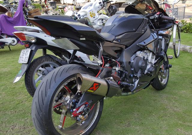 Lạ mắt với chiếc Yamaha YZF-R1 độ thân vỏ bằng sợi carbon tại Sài thành - Ảnh 3.