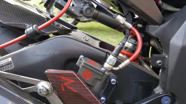 Lạ mắt với chiếc Yamaha YZF-R1 độ thân vỏ bằng sợi carbon tại Sài thành - Ảnh 7.