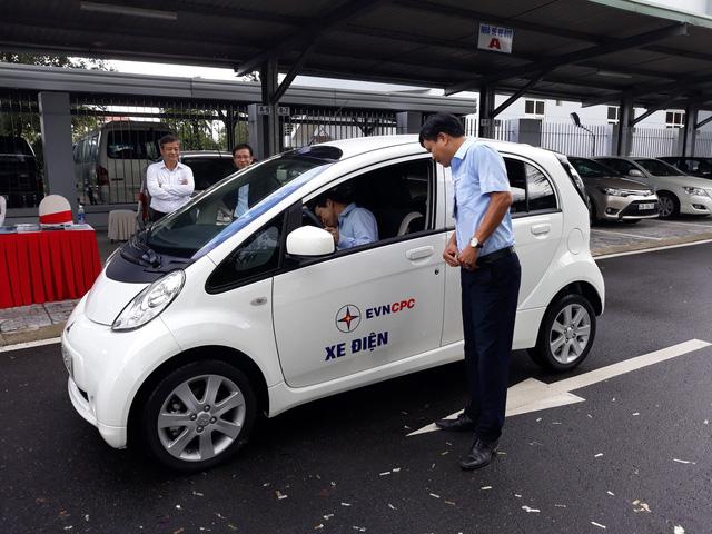 Chạy thử ô tô điện và trạm sạc nhanh đầu tiên tại Việt Nam - Ảnh 1.
