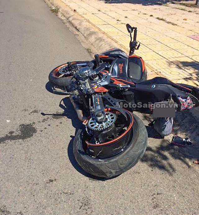Phan Thiết: Không làm chủ được tốc độ, Kawasaki Z900 đâm vào dải phân cách, thiệt hại nặng - Ảnh 3.