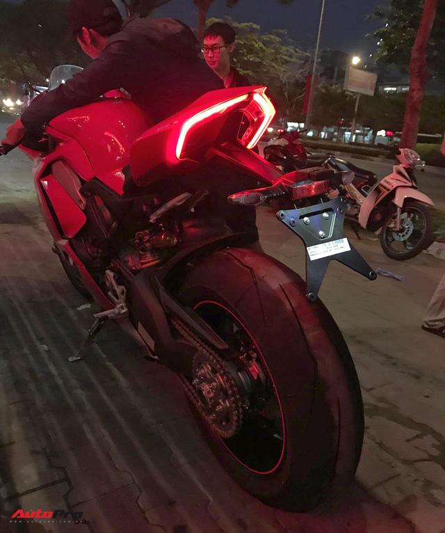 Biker Hà Nội chi 1,6 tỷ đồng tậu Ducati Panigale V4 S đầu tiên tại Việt Nam - Ảnh 4.