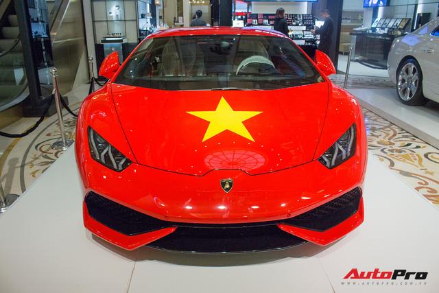 Lamborghini Huracan chính hãng dán tem cờ đỏ sao vàng cổ vũ U23 Việt Nam - Ảnh 2.