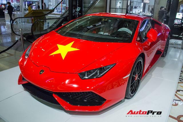 Lamborghini Huracan chính hãng dán tem cờ đỏ sao vàng cổ vũ U23 Việt Nam - Ảnh 1.