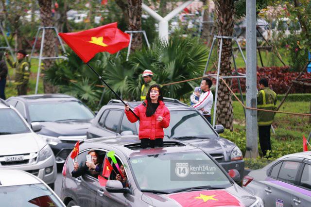 Chùm ảnh: Người hâm mộ đổ xô đi đón U23 Việt Nam, đường đến sân bay Nội Bài ngập tràn sắc cờ bay - Ảnh 11.