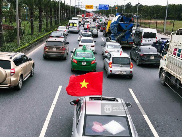 Chùm ảnh: Người hâm mộ đổ xô đi đón U23 Việt Nam, đường đến sân bay Nội Bài ngập tràn sắc cờ bay - Ảnh 17.