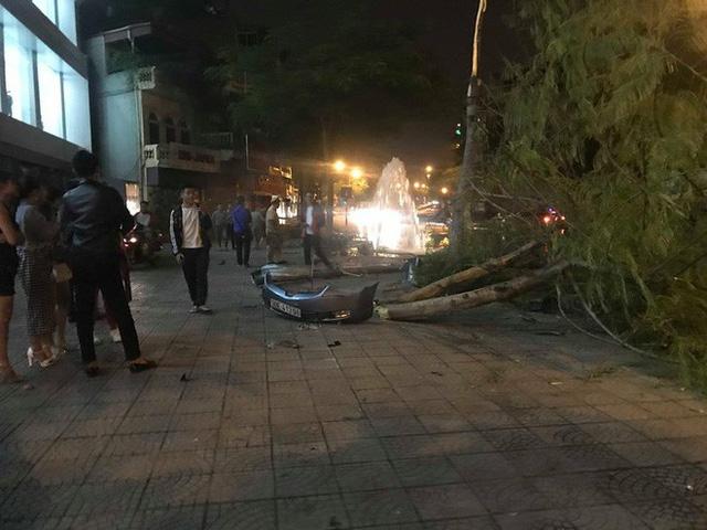 Hà Nội: Ô tô mất lái đâm liên tiếp trụ nước, cột đèn điện rồi lật ngửa giữa đường, tài xế may mắn thoát chết - Ảnh 1.