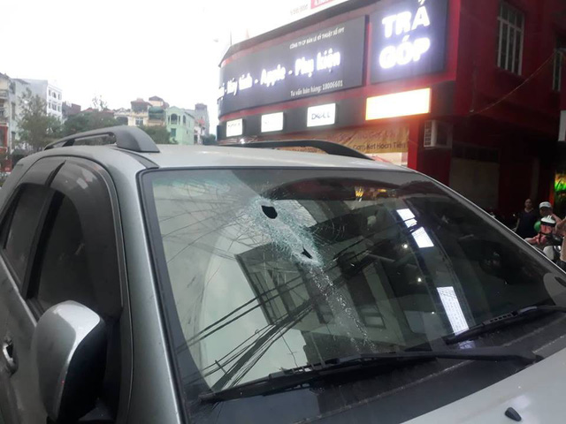 Hà Nội: Vừa dừng đỗ bên đường, xe ô tô bị thanh sắt rơi xuyên kính lái - Ảnh 2.