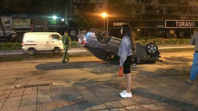 Hà Nội: Ô tô mất lái đâm liên tiếp trụ nước, cột đèn điện rồi lật ngửa giữa đường, tài xế may mắn thoát chết