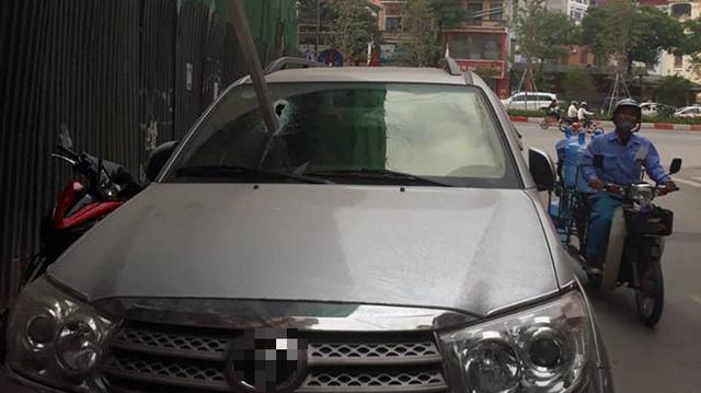 Hà Nội: Vừa dừng đỗ bên đường, xe ô tô bị thanh sắt rơi xuyên kính lái