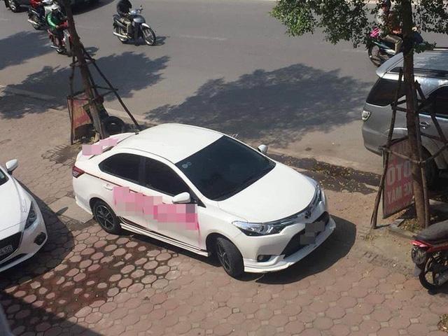 Ô tô trắng và dòng chữ đỏ trên xe khiến bao người đi qua ngán ngẩm - Ảnh 1.