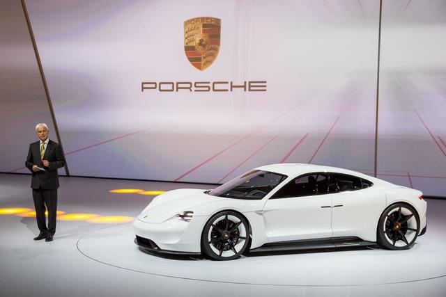 Mặc các hãng bỏ vô lăng và hộp số sàn nhưng Porsche thì không bao giờ - Ảnh 1.