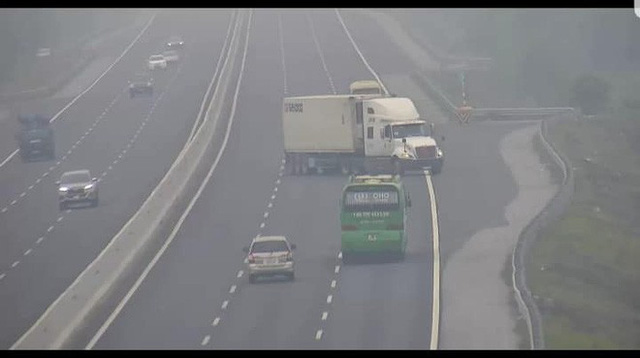 Xử lý xe container liều lĩnh quay đầu đi ngược chiều trên cao tốc Hà Nội - Hải Phòng - Ảnh 1.