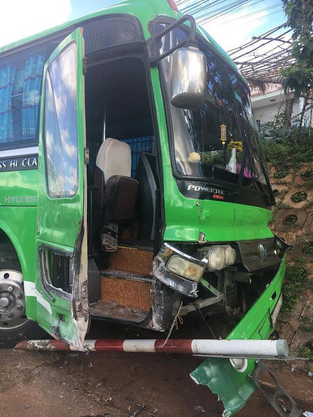 Gây tai nạn, tài xế bỏ ghế lái, hành khách lớn tuổi nhảy lên ôm vô-lăng cứu 30 mạng người - Ảnh 6.