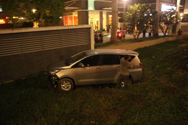 TP. HCM: Ô tô điên cuốn hàng loạt xe máy vào gầm khiến 1 người chết, nhiều nạn nhân nằm kêu cứu trên đường - Ảnh 2.