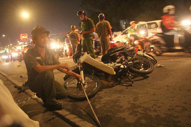 TP. HCM: Ô tô điên cuốn hàng loạt xe máy vào gầm khiến 1 người chết, nhiều nạn nhân nằm kêu cứu trên đường - Ảnh 4.