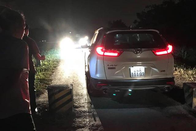 Chiếc Honda CR-V 2018 vỡ tan vành và xòe bánh sau cú va chạm với vật thể lạ giữa đường làng - Ảnh 2.