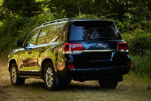 Toyota mở bán Land Cruiser 2019: Không thay đổi mấy nhưng vẫn nườm nượp người mua - Ảnh 2.
