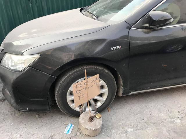 Đỗ thiếu ý thức, Hyundai Santa Fe ăn trọn trứng sống trên phố Hà Nội? - Ảnh 2.