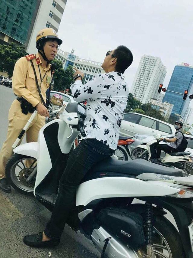 Hà Nội: Thanh niên đi SH lớn tiếng thách thức khi bị CSGT dừng xe vì không đội mũ bảo hiểm - Ảnh 1.