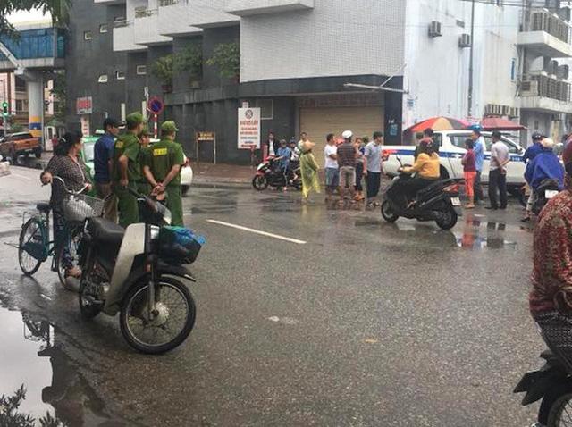 Sau va chạm, nam thanh niên đi xe máy vác dao chặt tay tài xế ô tô con trước chợ - Ảnh 2.