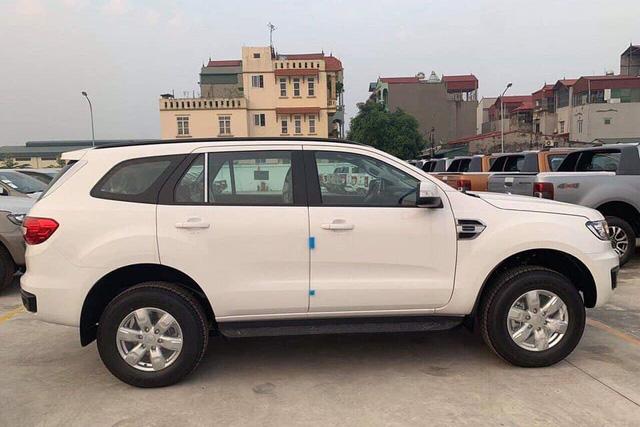 Ford Everest tiêu chuẩn giá 999 triệu đồng đã về Việt Nam: Nhiều công nghệ hơn trước, giao từ nửa sau tháng 12 - Ảnh 1.
