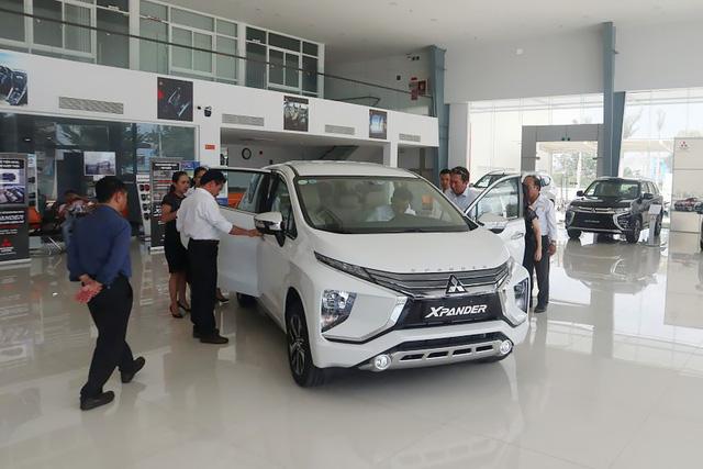 Thời mua ô tô như bao cấp tại Việt Nam: Cầm phiếu chờ tới lượt, có tiền chưa chắc đã có xe - Ảnh 1.