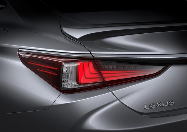 Ra mắt Lexus ES 250 giá 2,5 tỷ đồng đấu Mercedes-Benz E-Class tại Việt Nam - Ảnh 4.