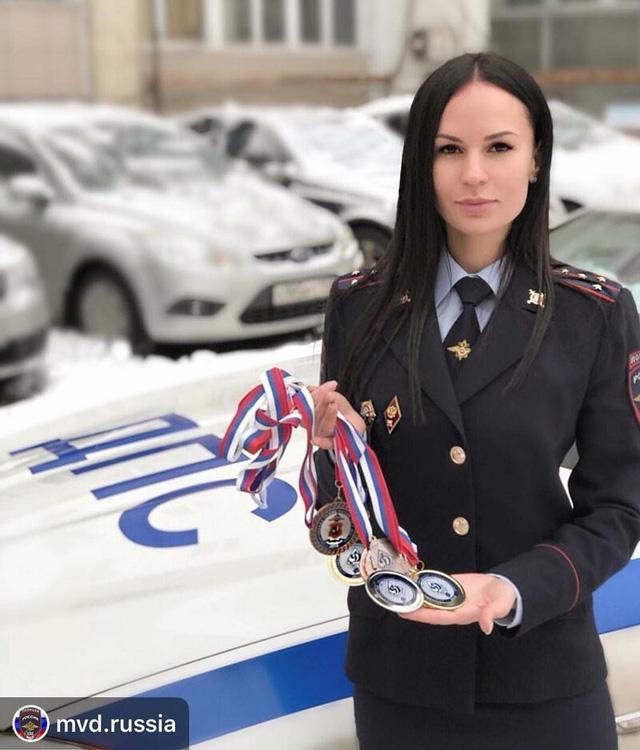 Bộ ảnh nữ cảnh sát giao thông Nga xinh đẹp khiến mọi nam tài xế đều mê mẩn ngắm nhìn - Ảnh 16.