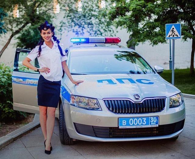 Bộ ảnh nữ cảnh sát giao thông Nga xinh đẹp khiến mọi nam tài xế đều mê mẩn ngắm nhìn - Ảnh 13.