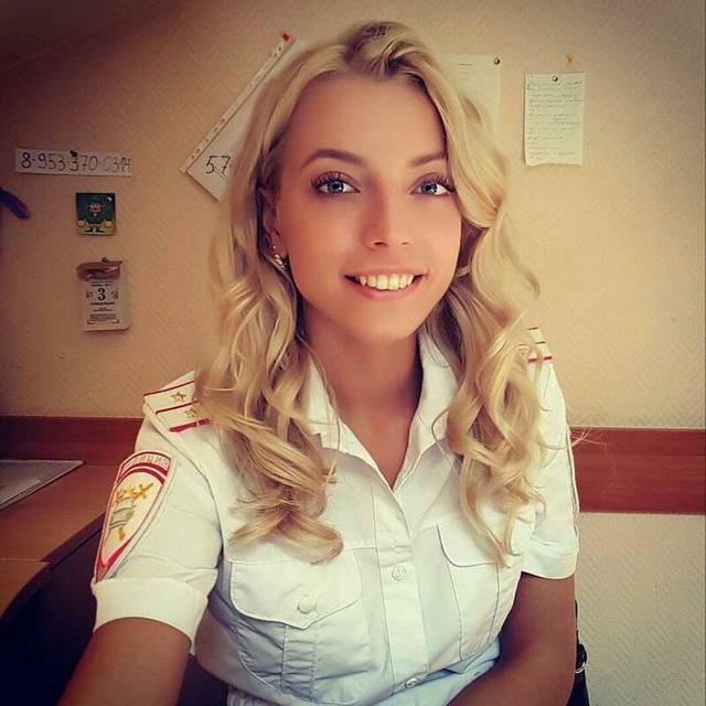 Bộ ảnh nữ cảnh sát giao thông Nga xinh đẹp khiến mọi nam tài xế đều mê mẩn ngắm nhìn - Ảnh 5.