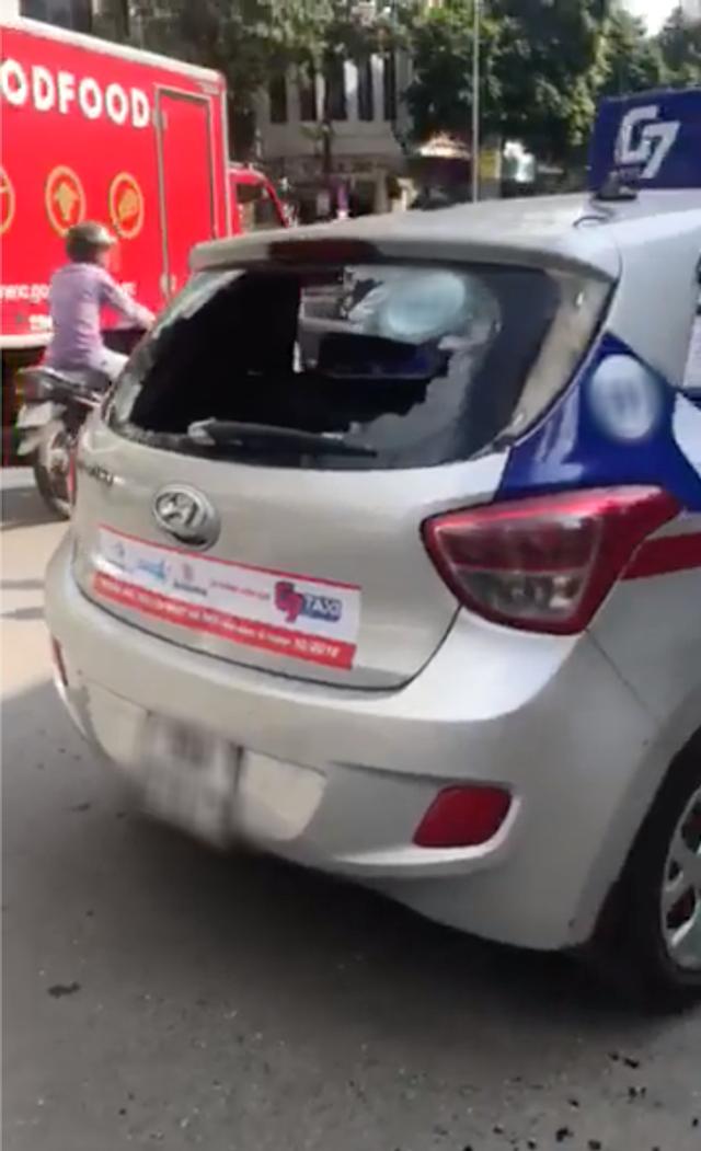Hà Nội: Thanh niên bảnh bao lùi xe gây va chạm với taxi rồi thẳng tay đập đầu tài xế đến vỡ kính - Ảnh 3.