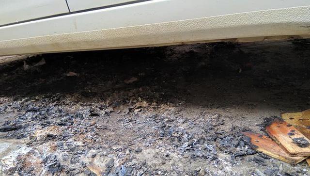 Đỗ xe ô tô trên đống than hồng rồi bỏ đi, tài xế may mắn được người dân dùng nước dập hộ - Ảnh 3.