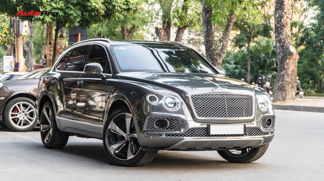 Bentley Bentayga First Edition khoác lớp decal chrome chói lóa của dân chơi Hà Nội