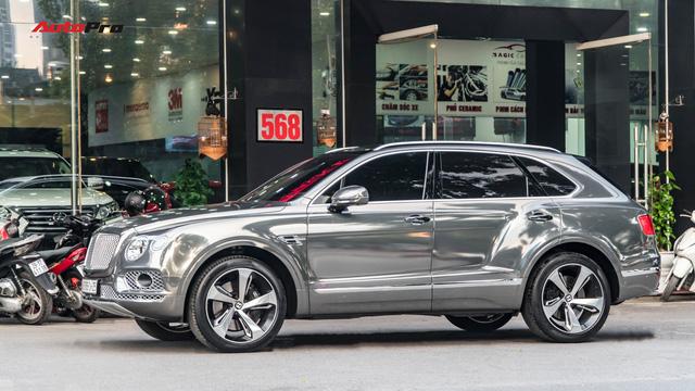 Bentley Bentayga First Edition khoác lớp decal chrome chói lóa của dân chơi Hà Nội - Ảnh 1.