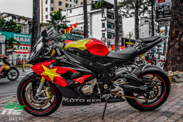 BMW S1000RR lên tem cờ đỏ sao vàng cổ vũ U23 Việt Nam đá bán kết - Ảnh 1.