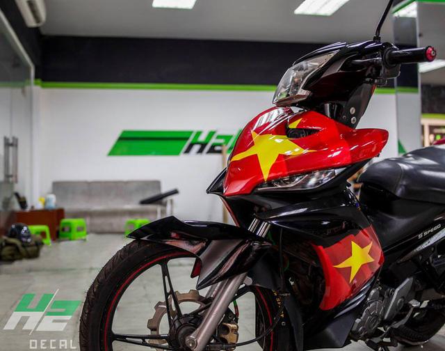 BMW S1000RR lên tem cờ đỏ sao vàng cổ vũ U23 Việt Nam đá bán kết - Ảnh 6.