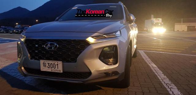 Hyundai Santa Fe 2019 tiếp tục lộ ảnh thực tế - Ảnh 6.