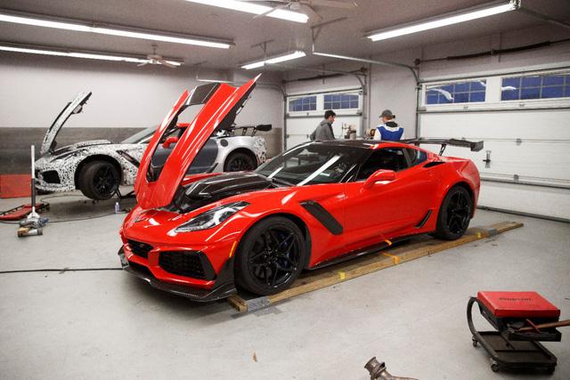 Thợ cơ khí lái Chervolet Corvette ZR1 2019 đánh bại tay đua lái siêu xe Ford GT - Ảnh 1.