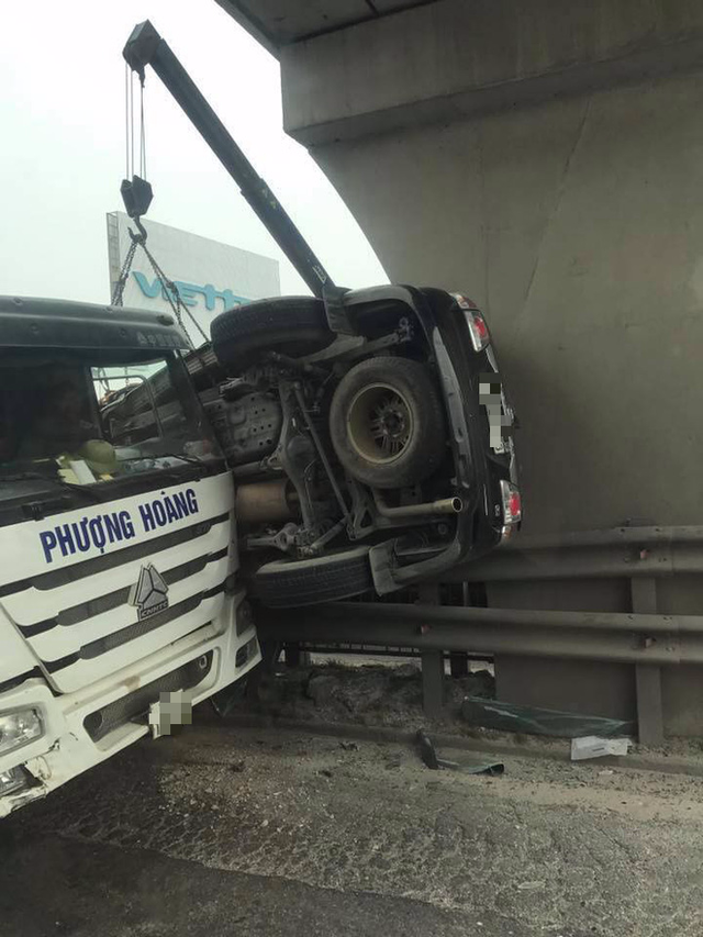 Tai nạn hy hữu: Ô tô bị kẹp dính lên chân cầu sau va chạm ở Hải Dương - Ảnh 2.