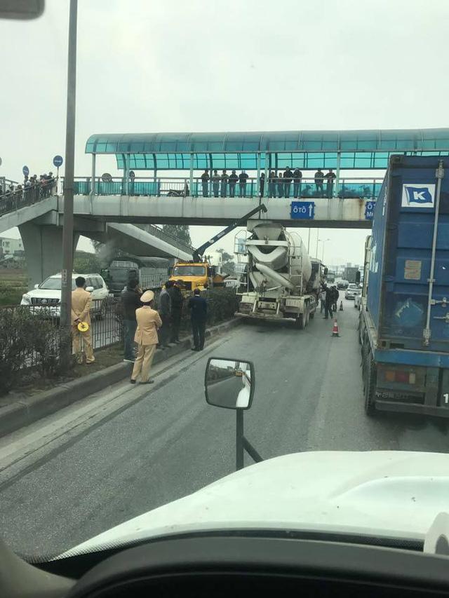 Tai nạn hy hữu: Ô tô bị kẹp dính lên chân cầu sau va chạm ở Hải Dương - Ảnh 4.