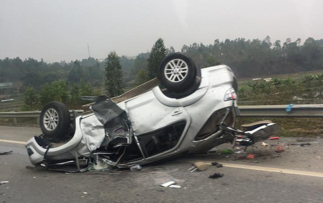 Toyota Fortuner gặp tai nạn, lật ngửa đầu năm mới - Ảnh 3.