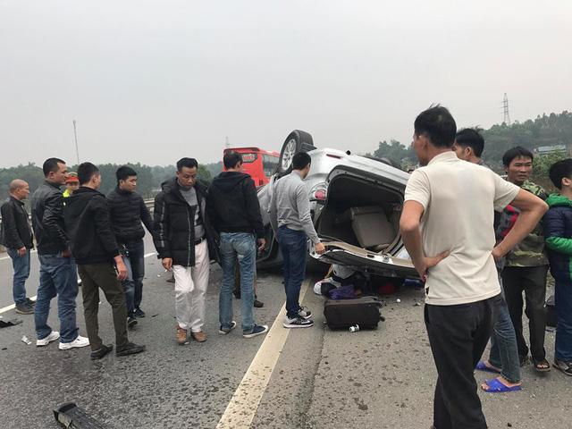 Toyota Fortuner gặp tai nạn, lật ngửa đầu năm mới - Ảnh 4.