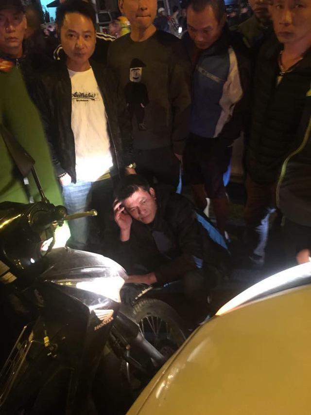 Hà Nội: Người đàn ông chặn và đập phá ô tô trên đường - Ảnh 4.