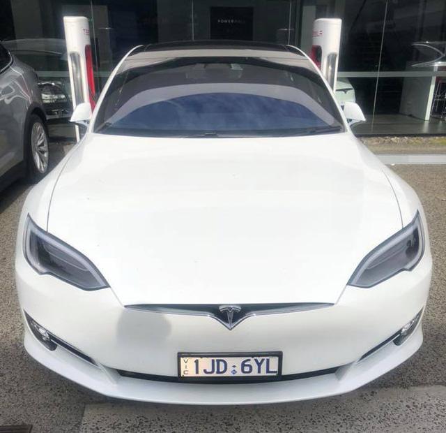 Chồng siêu mẫu Ngọc Thạch tậu Tesla Model S tăng tốc từ 0 – 100 km trong 2,7 giây - Ảnh 1.