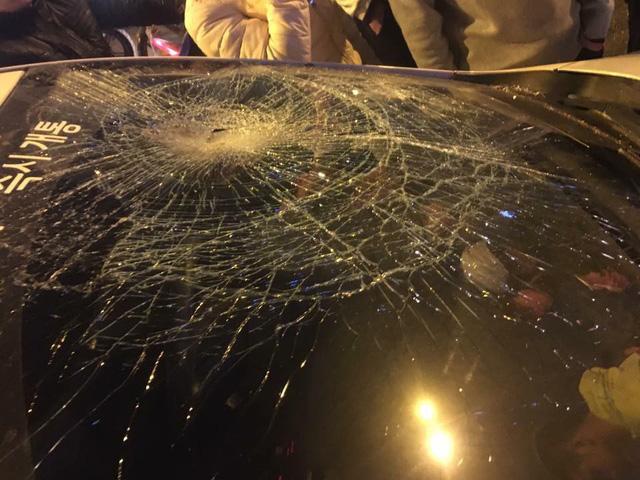 Hà Nội: Người đàn ông chặn và đập phá ô tô trên đường - Ảnh 3.