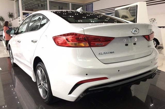 Hyundai Elantra 2018 thêm trang bị, bản Sport giảm giá mạnh sau cơn sốt trước Tết - Ảnh 1.