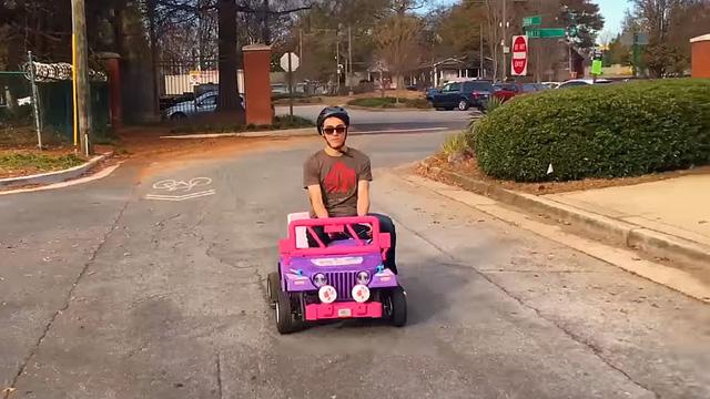 Sinh viên ngành kỹ thuật độ động cơ máy xẻ gỗ lên xe Jeep tí hon để drift - Ảnh 1.