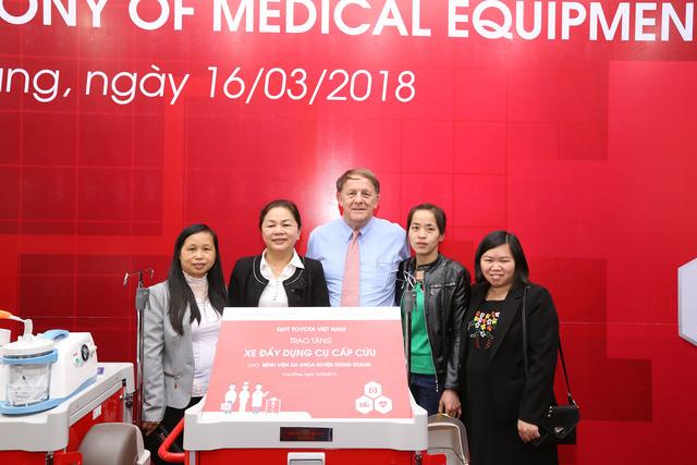 Toyota trao tặng 15 bộ xe đẩy cho các bệnh viện Cao Bằng - Ảnh 1.